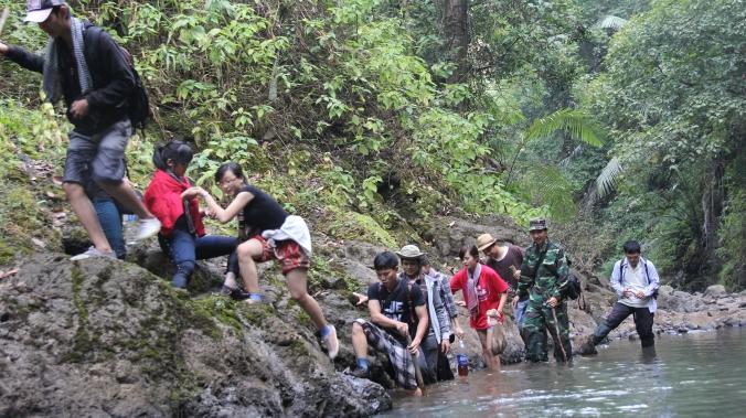 Trèo đèo vượt suối, nước cao tới háng