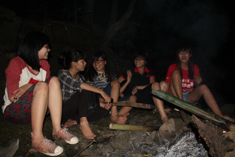 Một đêm trong rừng, trăng sáng trên đầu, 5 đứa ngồi kể chuyện tình yêu, các anh khác đã đi bắt cá. Đàn ông săn bắt, đàn bà ngồi chơi :)