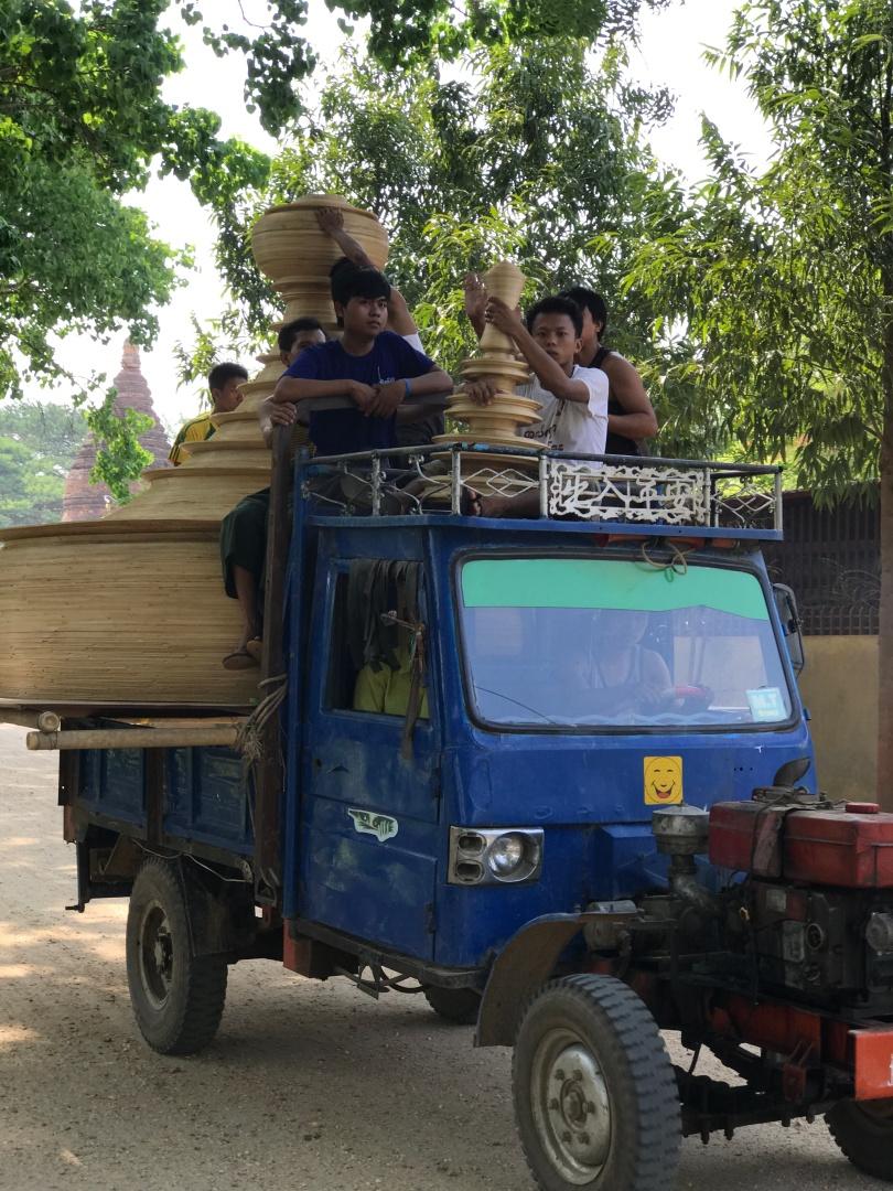 Người dân Bagan chở nóc của một cái đền