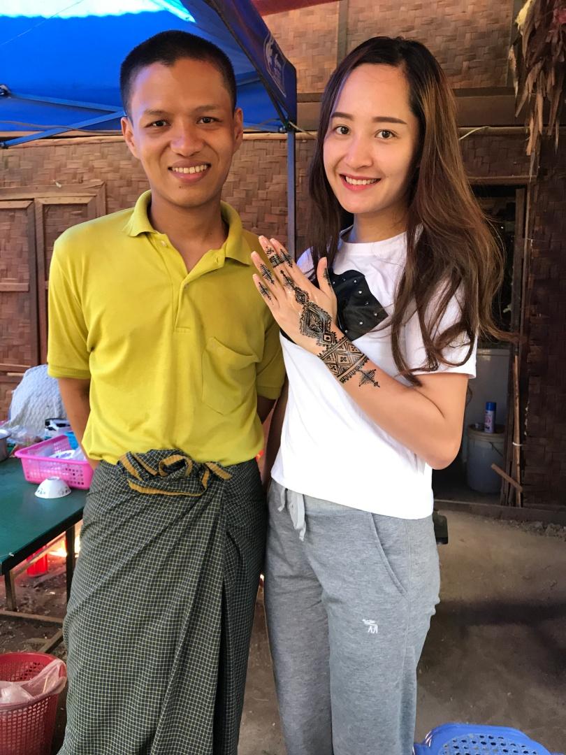 Vẽ tatoo ở Bagan- cái này gọi là vẽ henna mà bà Bee cứ đọc thành hentai :)))