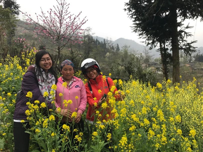 4. Chụp ảnh cùng người dân ở bản Vàng Chá Phìn