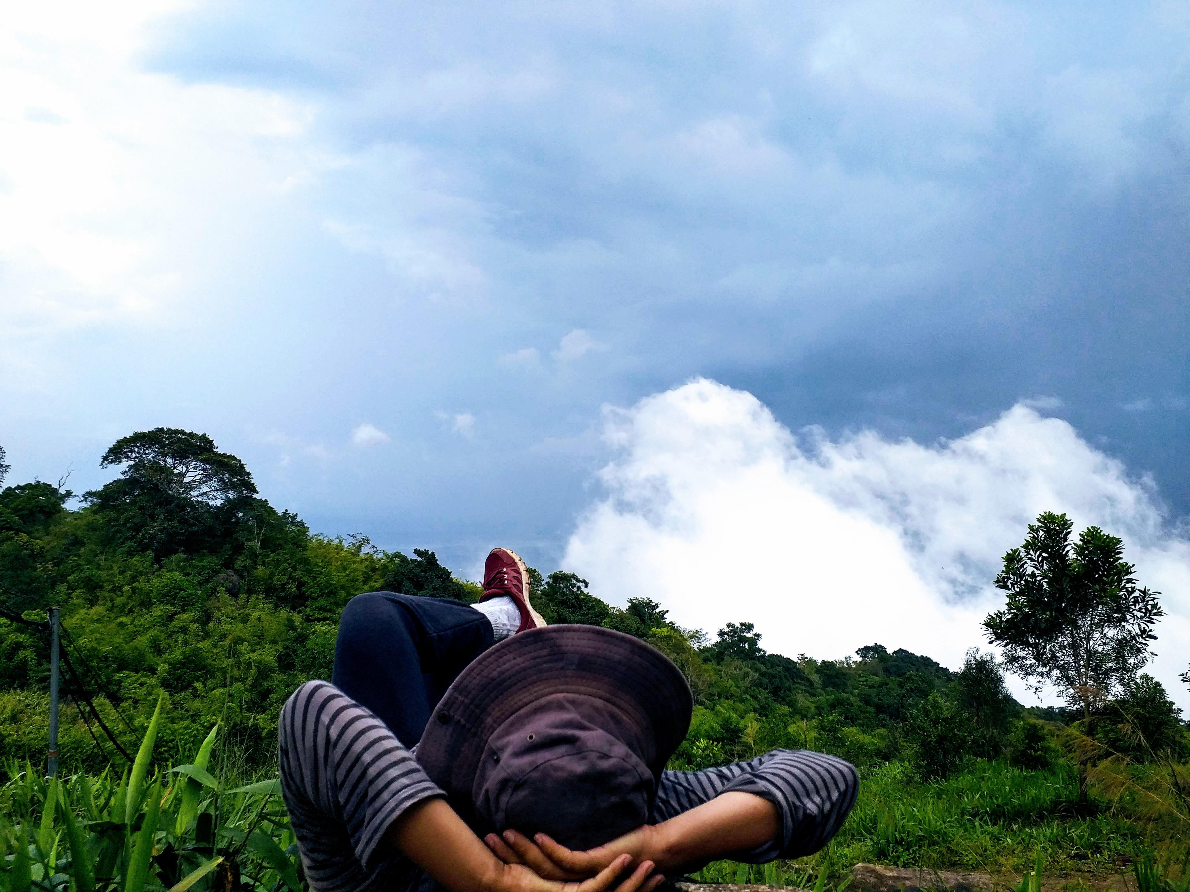 Bạn tôi thong dong nằm ngó mây sà về đỉnh núi Chứa Chan